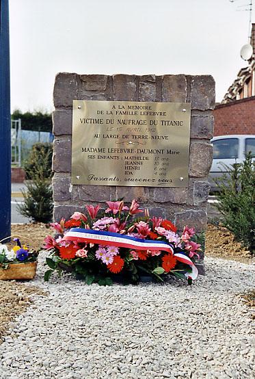 Plaque commémorative de la famille Lefebvre [Liévin] News_20020330_aft_08